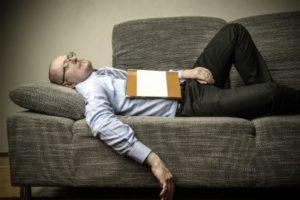 uomo_stanco_dorme_divano